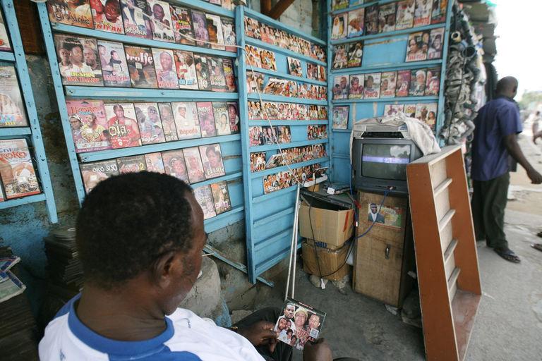 Boutique de DVD en plein marché - Image : lemonde.fr