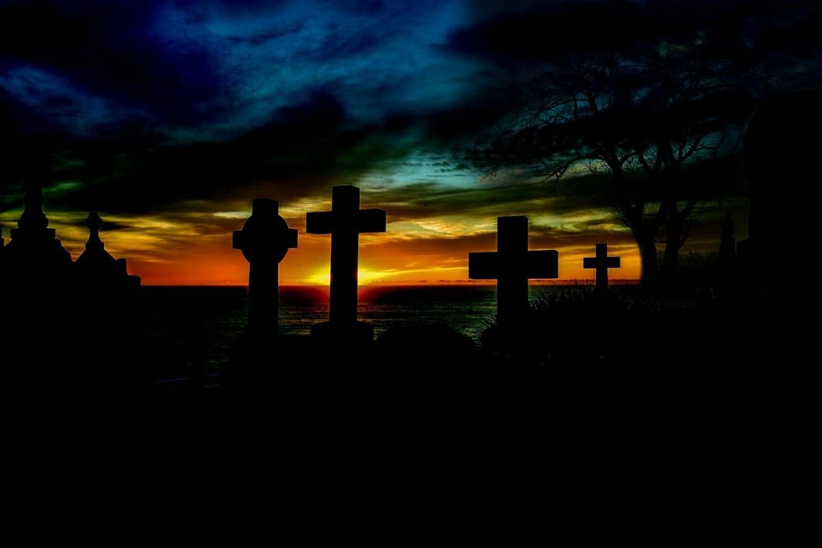 Croix et tombes dans un cimetière à la tombée du jour - Image : pixabay.com