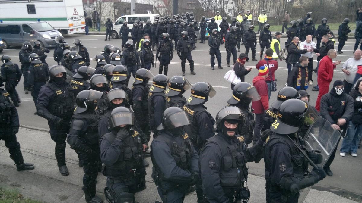 Image d'illustration - Hooligans encadrés par la police