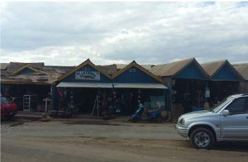 Le marché de la digue avec les toitures typiques de l'architecture malgache