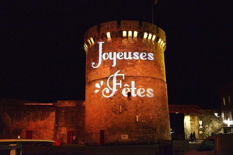 Illumination des tours du Port de La Rochelle pour les fêtes de fin d'année - Photo : commons.wikimedia.org