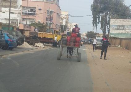 Charrette transportant des bouteilles de gaz - Photo : Mawulolo