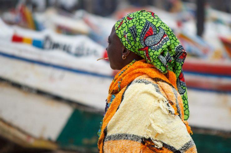 Femme sénégalaise mâchant un cure-dent - Crédit photo : Toon van Dijk sur flickr.com