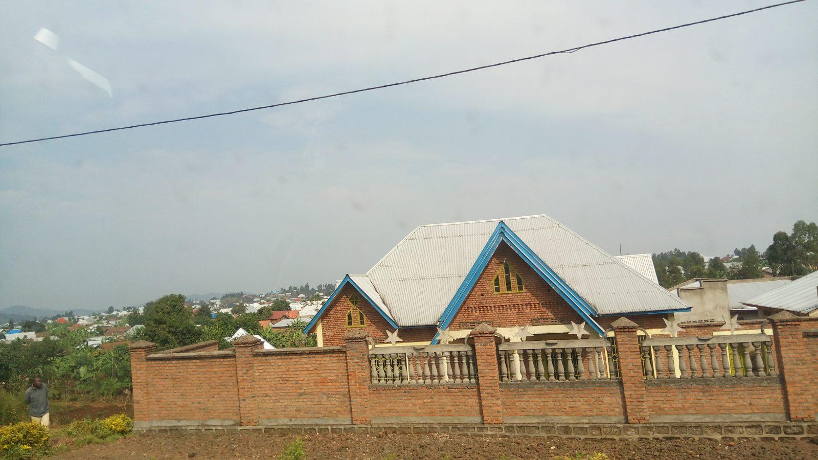 Maisons en briques rouges sur la route Kigali-Rubavu - Photo : Roger Mawulolo