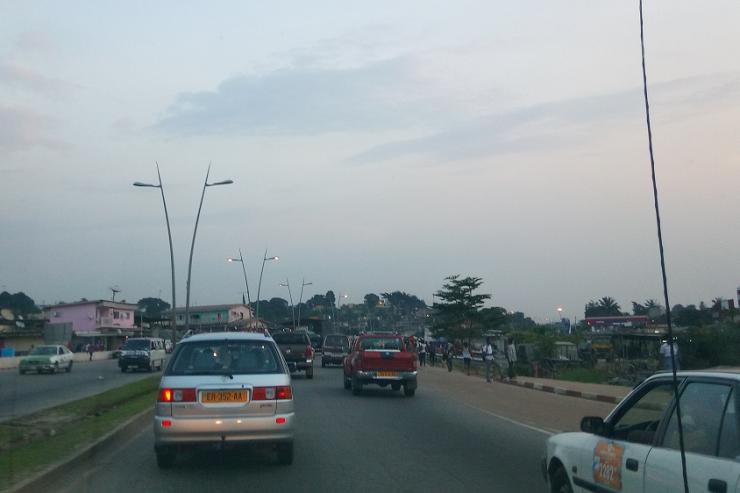 Libreville - Le boulevard qui sépare le quartier La-la-la en deux - Photo : Roger Mawulolo