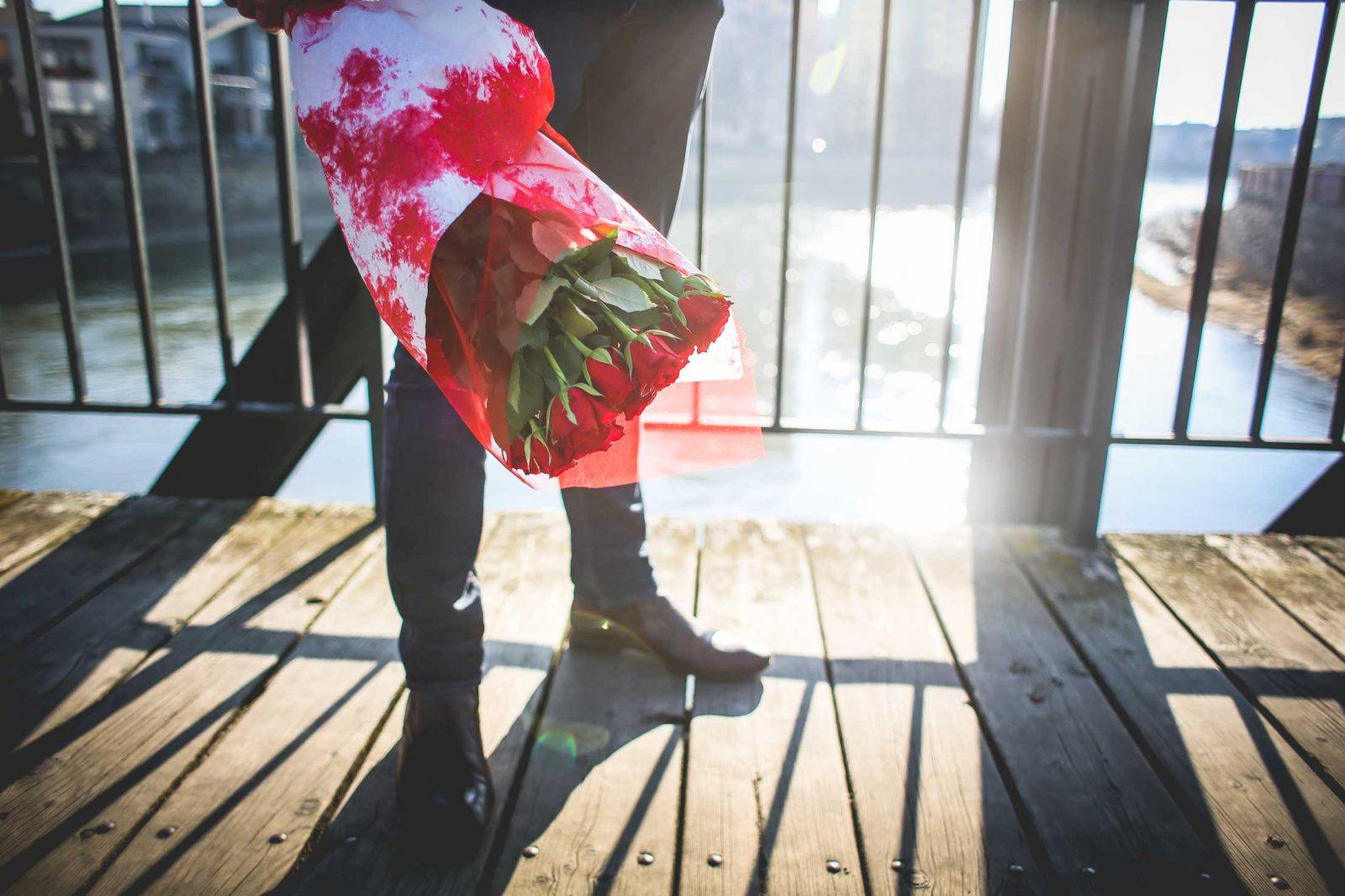 Homme avec un bouquet de roses attendant sur un pont - Photo (libre) : Viktor Kanacek depuis picjumbo.com