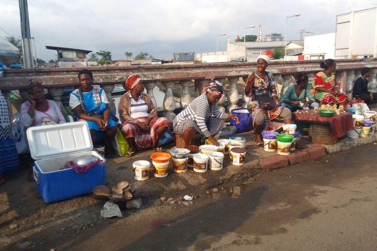 Scène de rue à Libreville - Photo : Roger Mawulolo