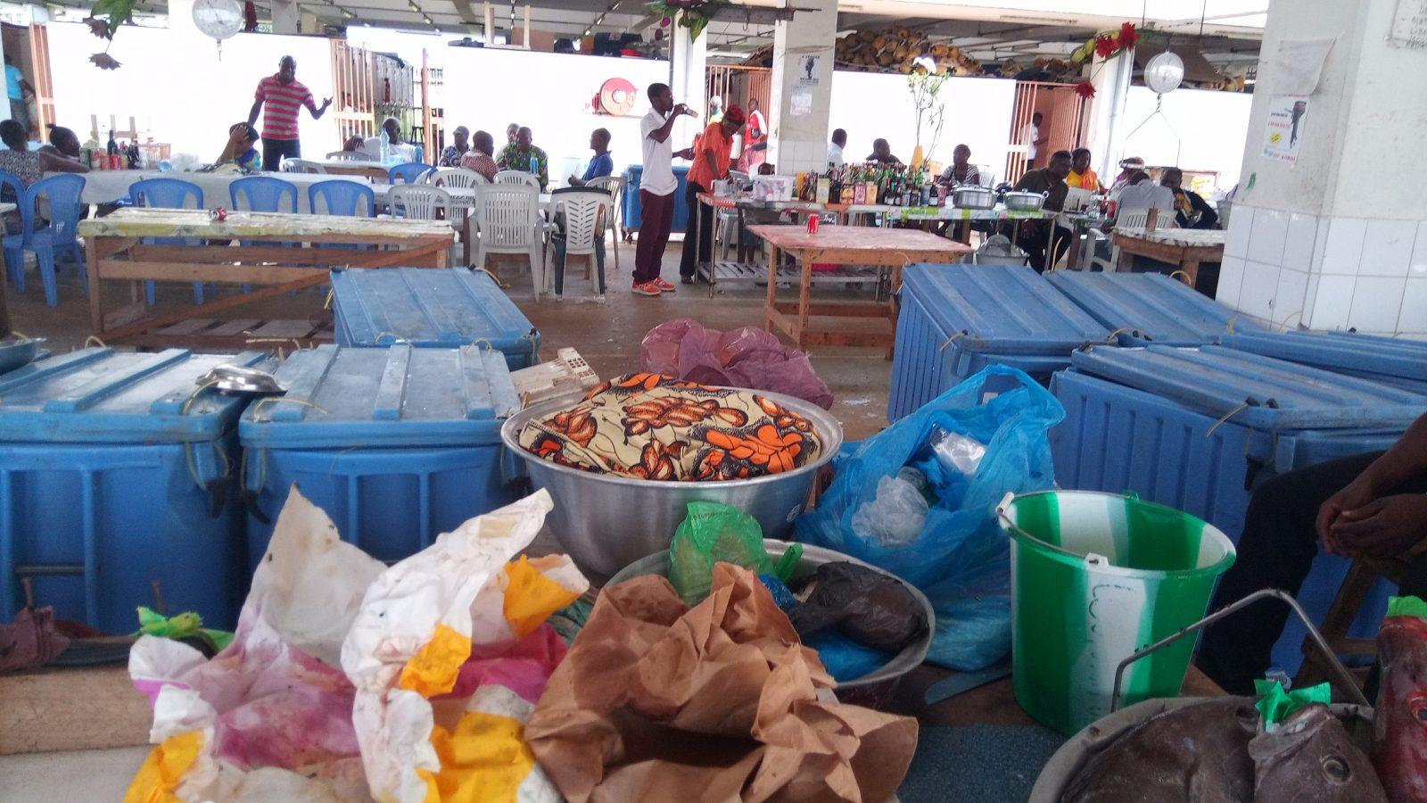 Libreville - Bar à ciel ouvert dans un marché aux poissons - Photo : Roger Mawulolo