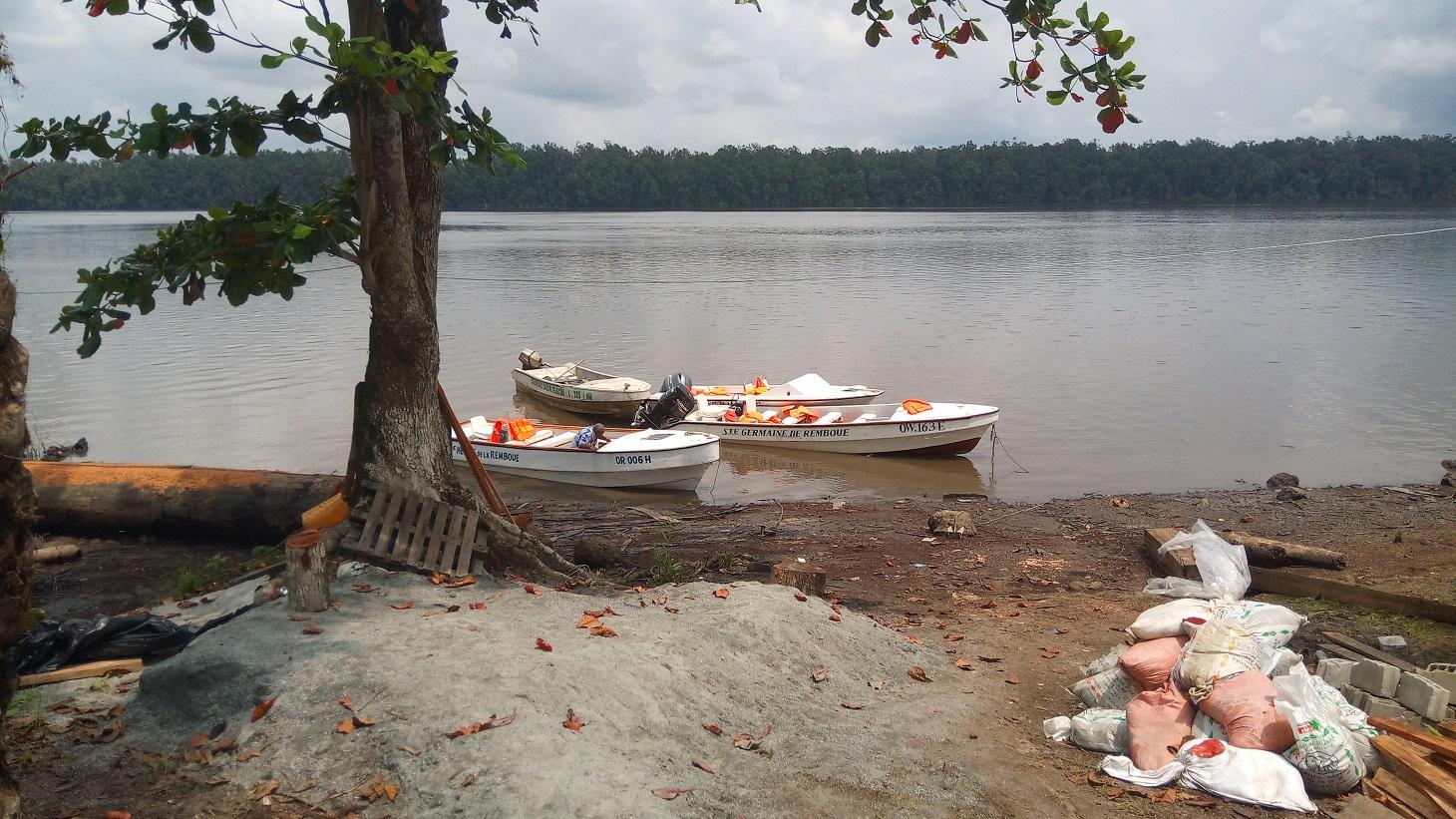 Canots accostés à Labatte (bord du Remboué) au abon - Photo : Roger Mawulolo