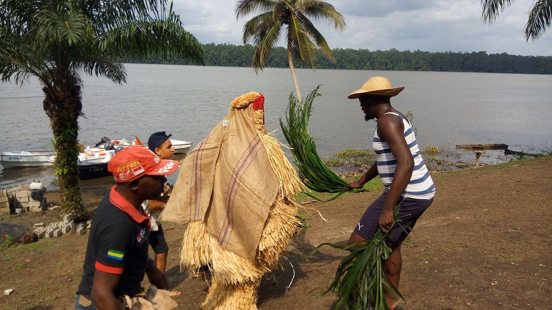 """Masque traditionnel gabonais """"Okuyi"""" - Photo : Roger Mawulolo"""