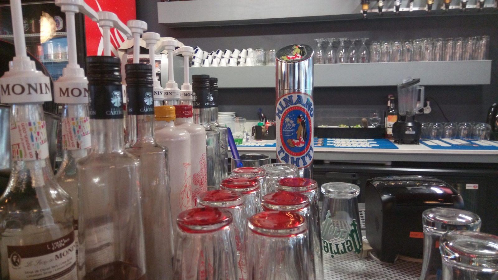 "La marque ""Hinano"" sur un bar à pression à Papeete - Photo : Roger Mawulolo"