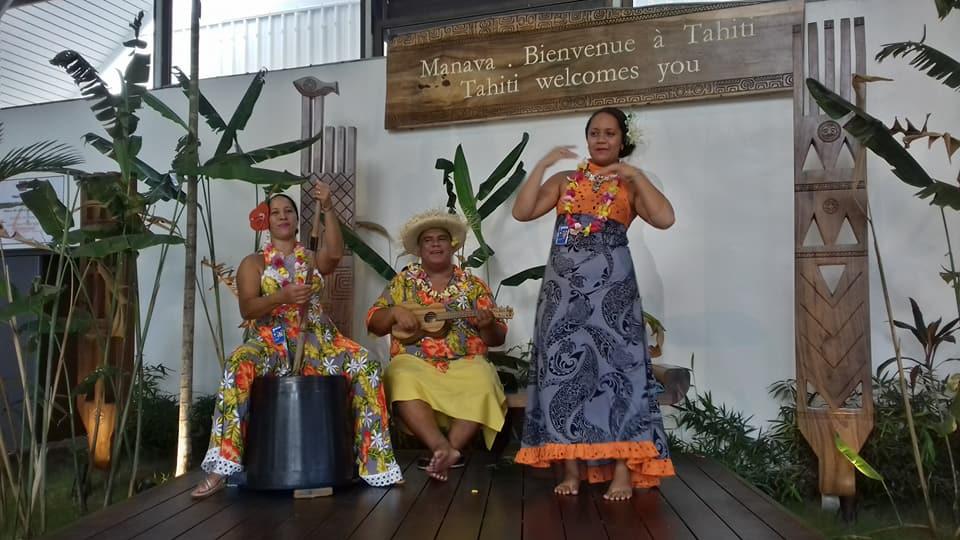 Accueil à l'arrivée à l'Aéroport international de Papeete Faa'a - Photo : Roger Mawulolo