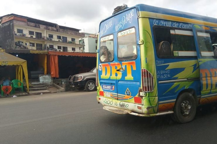 """Les emblématiques """"gbakas"""", les mini-bus de transport d'Abidjan - Photo : Roger Mawulolo"""