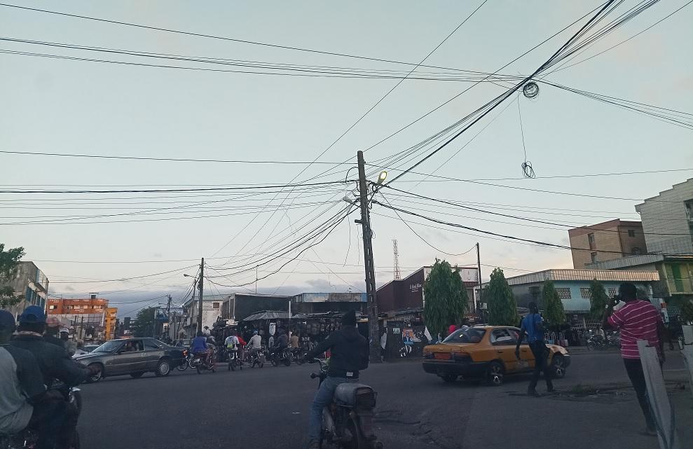 Douala - Scène de circulation : carrefour Tiff / Photo : Roger Mawulolo