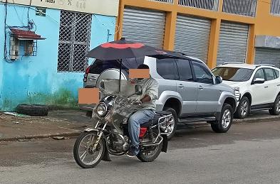 Un conducteur de moto-taxi dans une rue de Douala - Photo : Roger Mawulolo