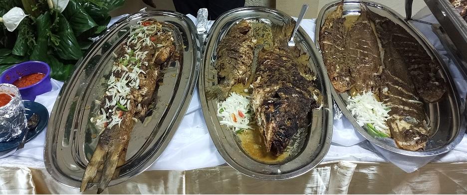 Plat de poissons braisé à Douala - Crédit Photo : Roger Mawulolo