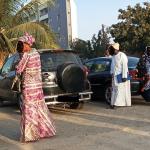 Demandeurs de visa devant le centre de dépôt de Dakar - Photo et retouches : Roger Mawulolo