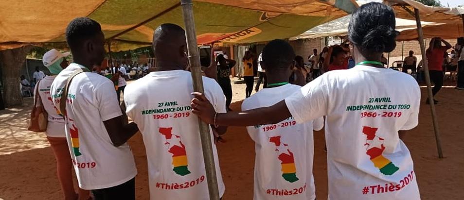Des Togolais arborant l'uniforme de la célébration - Photo : Roger LASMOTHEY