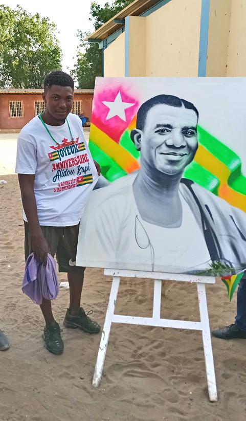 L'artiste-peintre Alidou Kapi et son tableu-Photo : Roger LASMOTHEY