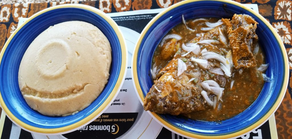 Pâte de maïs (akoumê) avec sauce gombe - Photo : Roger Mawulolo