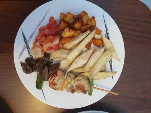 Ignames frites (koliko) et ses assortiments - Photo : Roger Mawulolo