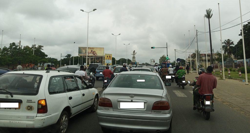 Scène de circulation au rond-point Colombe de la paix - Lomé, Togo le 26 octobre 2019 - Photo : Roger Mawulolo