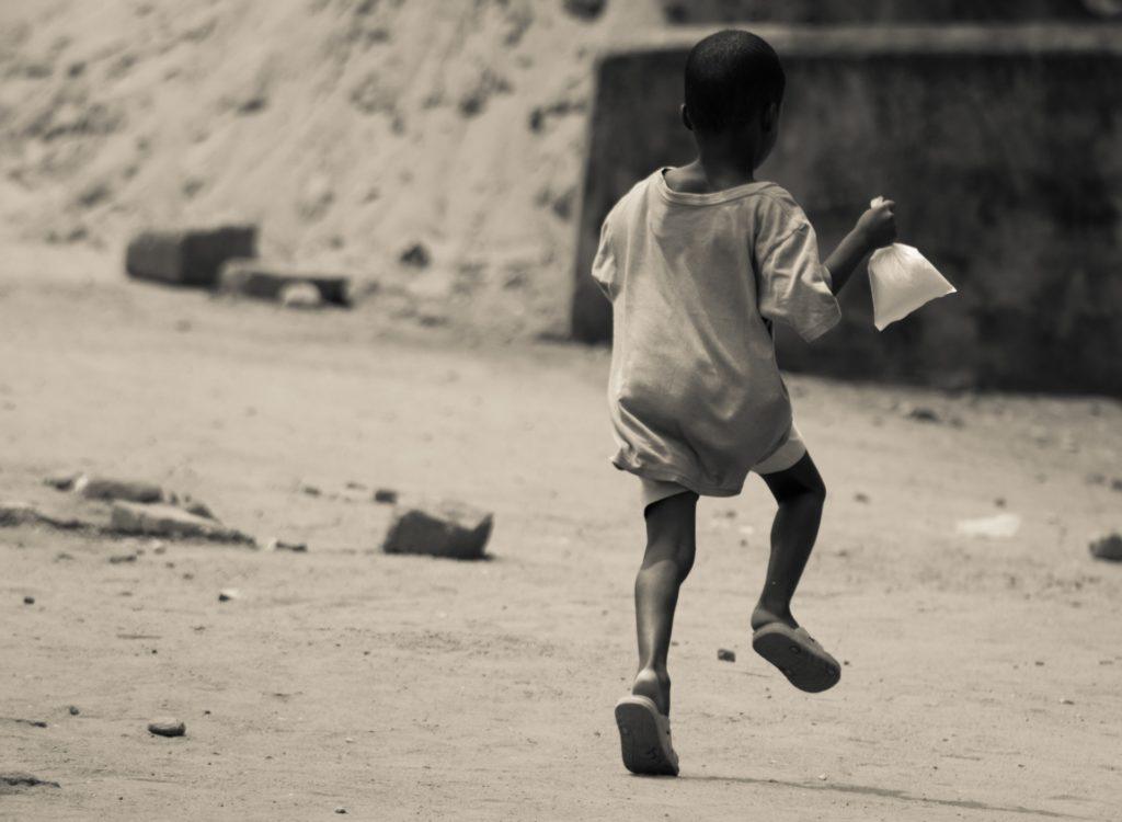 Enfant avec un sachet de gari